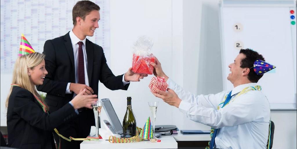 Выбираем лучший подарок начальнику — Что подарить? Помощник в выборе подарков знает!